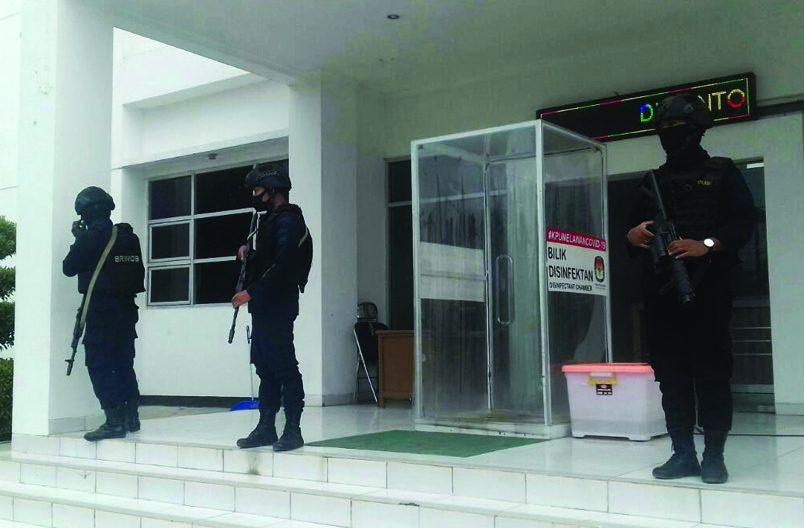 Meski pelaksanaan Pemilihan Kepala Daerah (Pilkada) Karawang terhitung lima bulan lagi, namun sejumlah petugas kepolisian terlihat sudah siaga mengamankan kantor Komisi Pemilihan Umum (KPU) Karawang